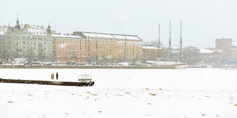 El puerto del norte es pared directa apenas visible de la nieve Invierno Helsinki fotos de archivo libres de regalías