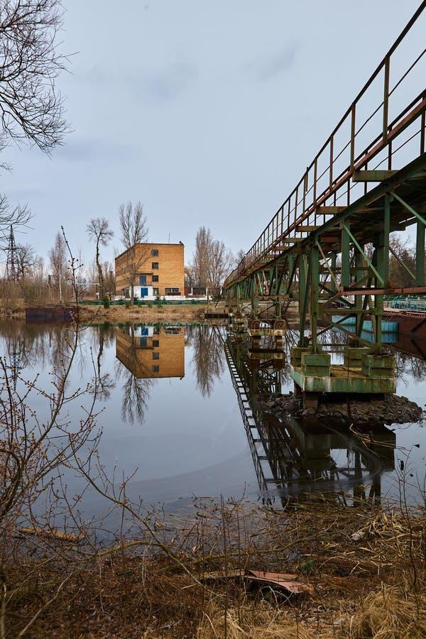 El puerto fluvial abandonado en Pripyat Naves abandonadas en el río cerca de Chernóbil Ruinas modernas Metal radiactivo imágenes de archivo libres de regalías