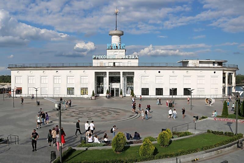 El puerto fluvial de Kiev es el puerto fluvial principal de Kiev, Ucrania foto de archivo