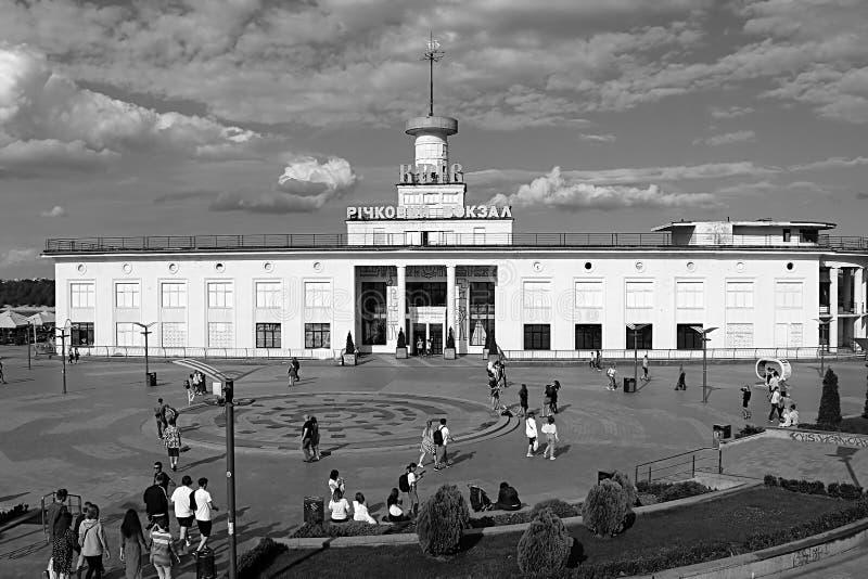 El puerto fluvial de Kiev es el puerto fluvial principal de Kiev, Ucrania fotografía de archivo