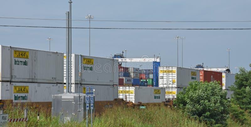 El puerto interior Greer cranes la torre detrás del tren imagen de archivo libre de regalías