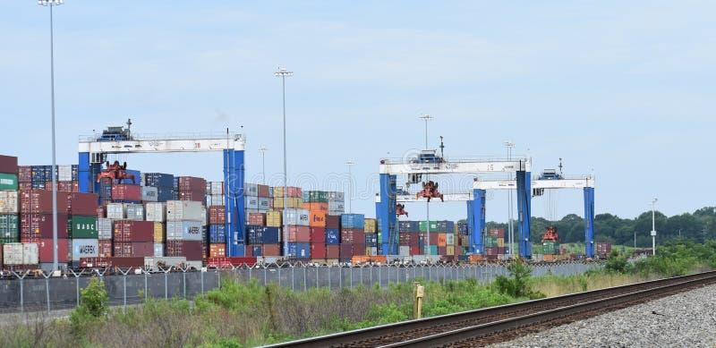 El puerto interior Greer cranes el tren el extranjero de la carga fotos de archivo