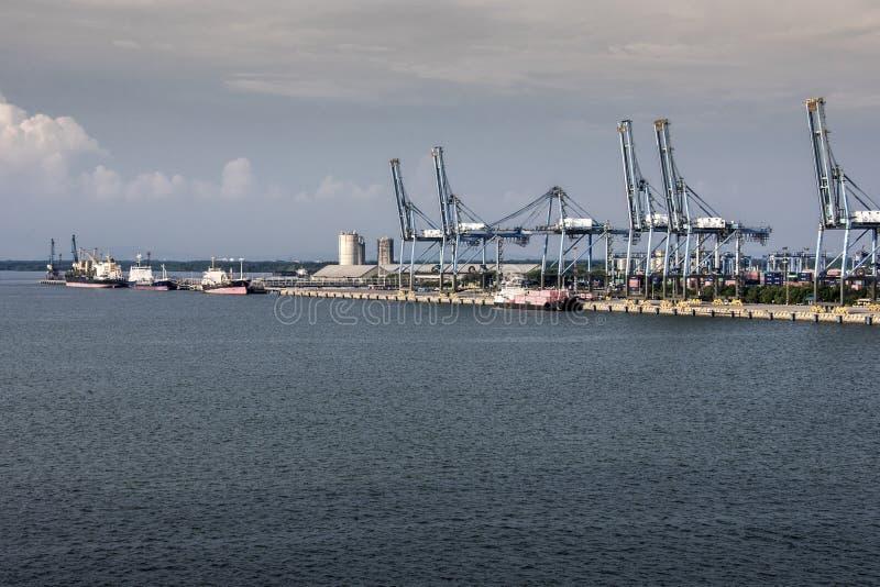 El puerto klang cranes los envases y envía Malasia fotos de archivo libres de regalías
