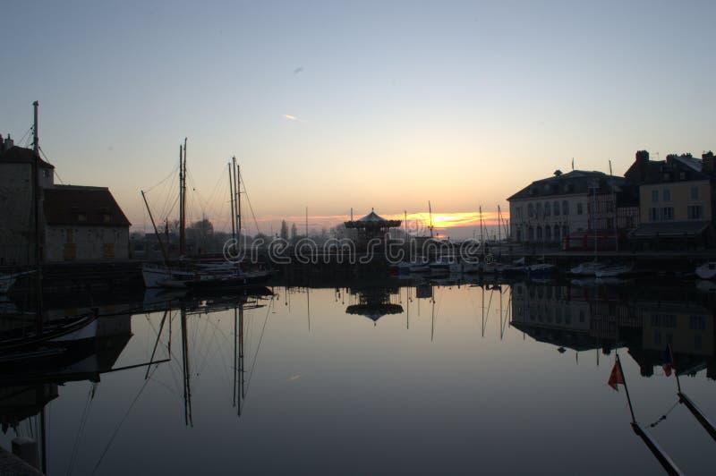 El puerto viejo de Honfleur en salida del sol fotos de archivo libres de regalías