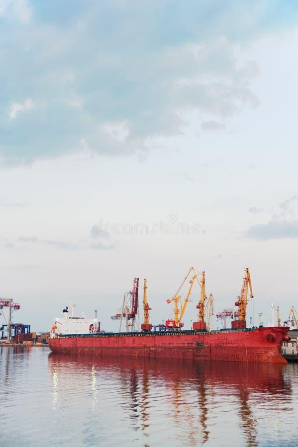 El puerto y grúa imágenes de archivo libres de regalías