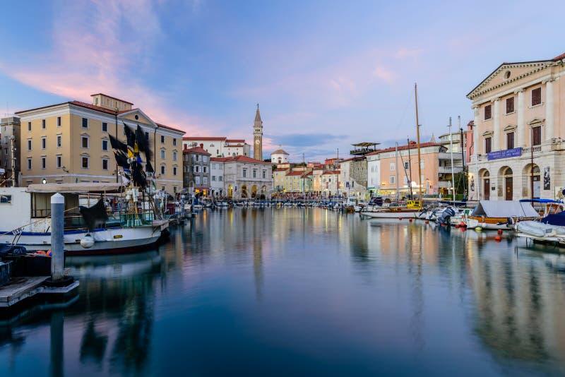 El puerto y la 'promenade' escénicos en Piran imagen de archivo