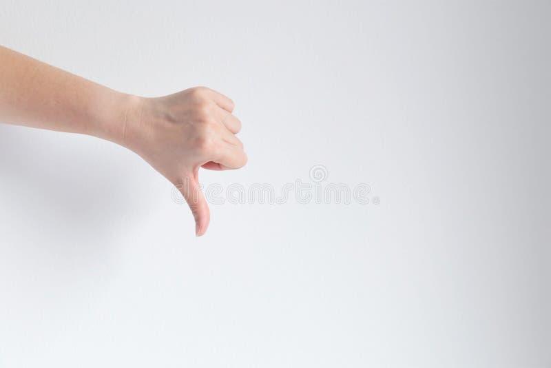 El pulgar de la demostración de la mano abajo de gesticular la aversión, desemejante o discrepa imagenes de archivo