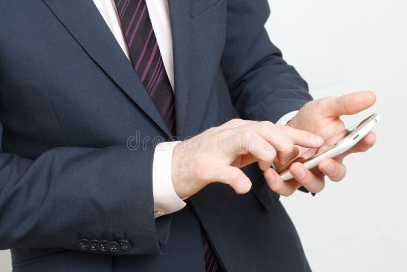 El pulsar en el teléfono celular fotos de archivo