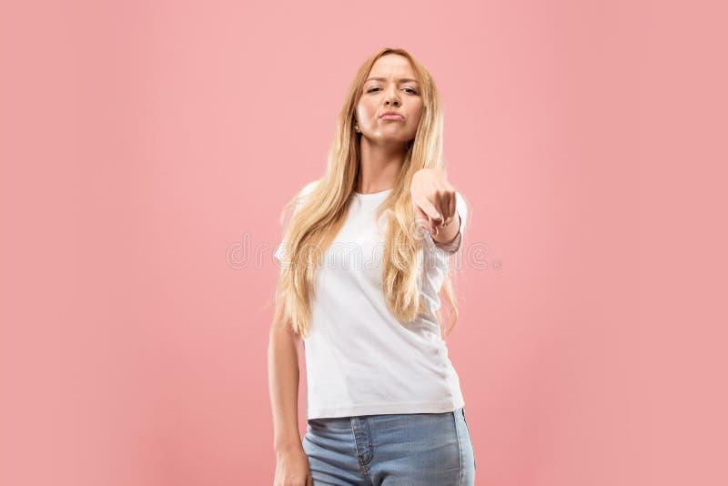El punto autoritario de la mujer de negocios usted y le quiere, medio retrato del primer de la longitud en fondo rosado imagenes de archivo