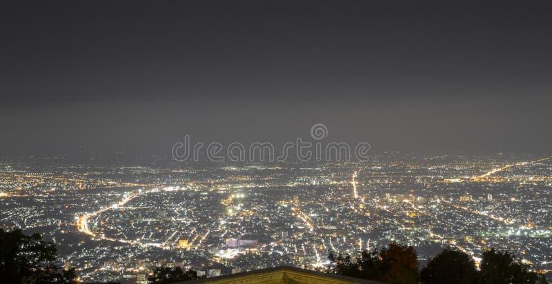 El punto de vista de la ciudad en la noche en la provincia de Chiang Mai foto de archivo libre de regalías