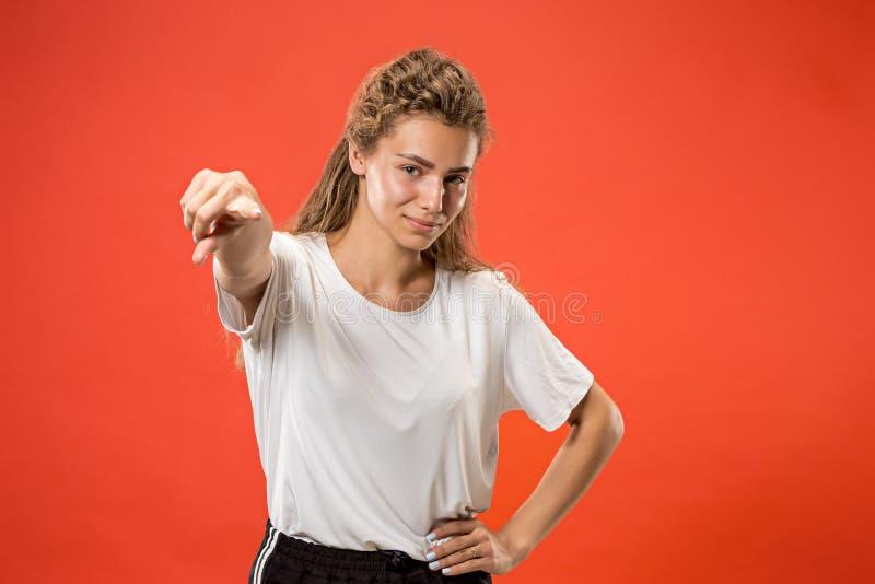 El punto feliz de la mujer de negocios usted y le quiere, medio retrato del primer de la longitud fotografía de archivo libre de regalías