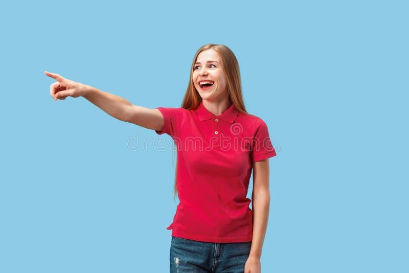 El punto feliz de la mujer de negocios usted y le quiere, medio retrato del primer de la longitud en fondo azul imagenes de archivo