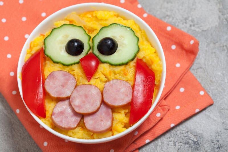 El puré vegetal del puré de patata divertido del búho con la salchicha para los niños almuerza foto de archivo libre de regalías