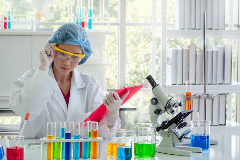 El químico de las mujeres es que recopila y de medición de datos imagen de archivo libre de regalías