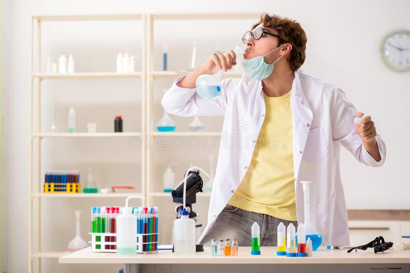 El químico loco divertido que hace experimentos y pruebas fotografía de archivo libre de regalías