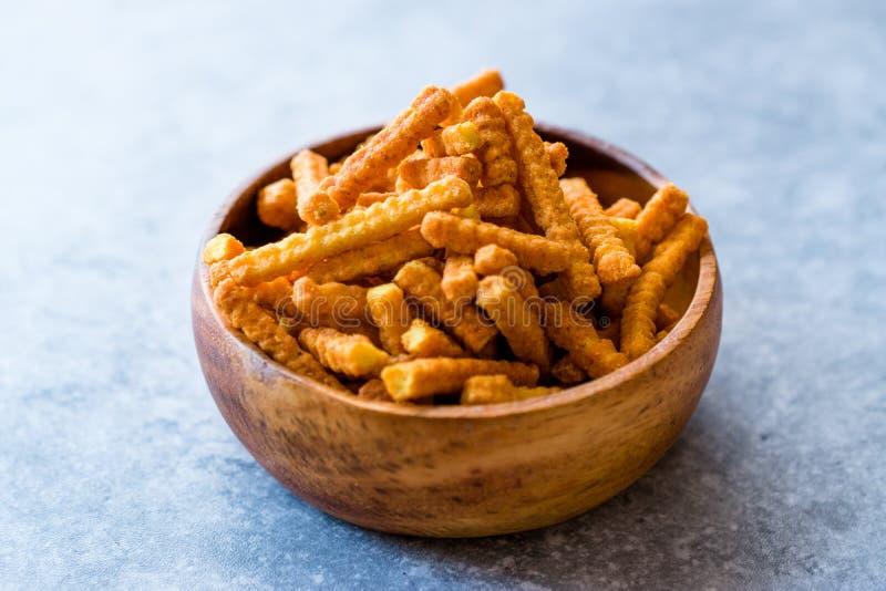 El queso anaranjado condimentó maíz que los bocados en palillo forman/que los microprocesadores asados o que las galletas saladas fotografía de archivo libre de regalías