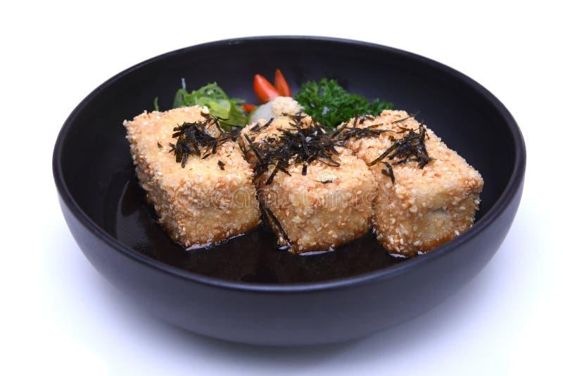 El queso de soja de Agedashi del japonés o el queso de soja frito curruscante sirvió en tiendas fotos de archivo