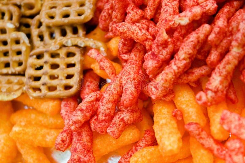 El queso sopla, Cheetos colorido, mini pretzeles fotografía de archivo libre de regalías
