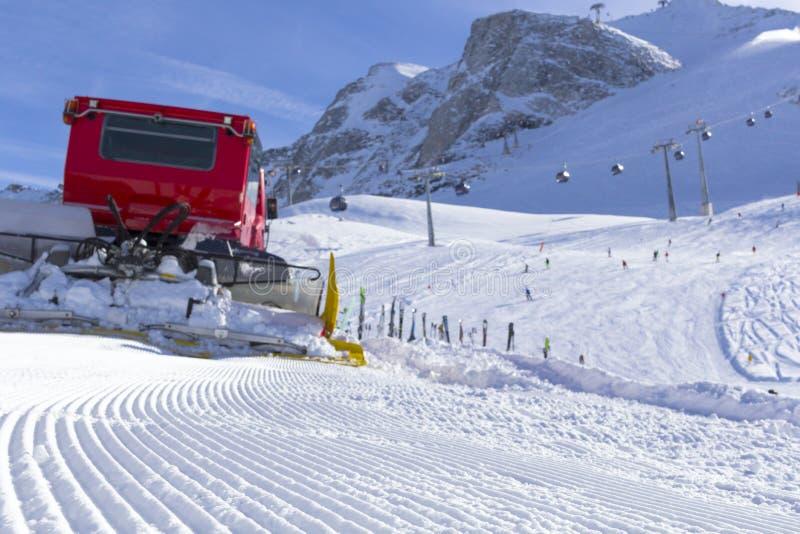 El quitanieves despeja pistas en la estación de esquí del Hintertuxer en el Tyrol, Austria imagenes de archivo