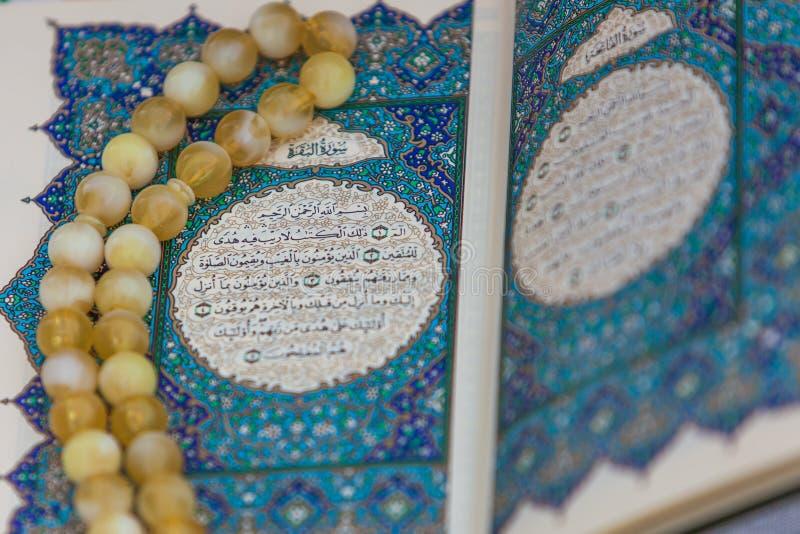 El Quran del libro sagrado y el rosario Rezo escrito saludo árabe de la súplica fotografía de archivo