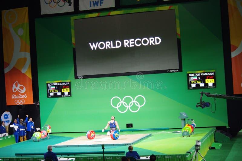 El récord mundial en 85 kilogramos pesa la elevación en Rio2016 foto de archivo libre de regalías
