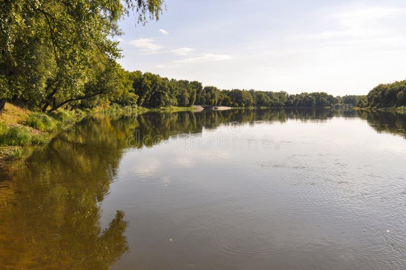 El río Amarillo ancho es el fluir lento Otoño temprano Tiempo soleado y árboles verdes claros en el fron de los bancos los ambos  imagenes de archivo