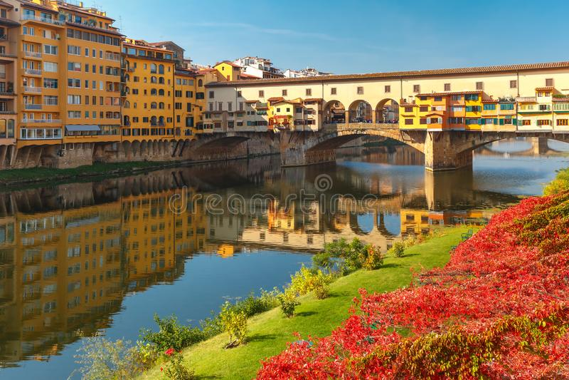 El río Arno y Ponte Vecchio en Florencia, Italia fotografía de archivo libre de regalías