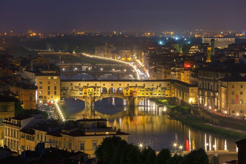 El río Arno y Ponte Vecchio en Florencia, Italia imágenes de archivo libres de regalías