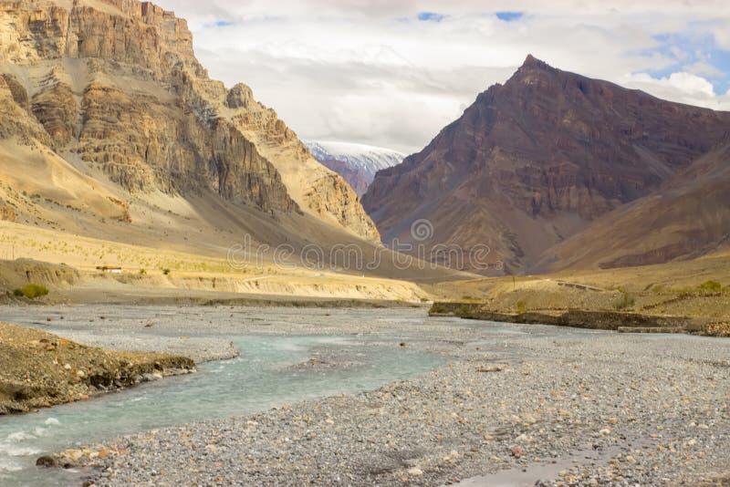 El río azul alpino se secó para arriba en la caída imagen de archivo libre de regalías