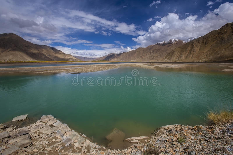 El río Brahmaputra - Tíbet - China fotografía de archivo