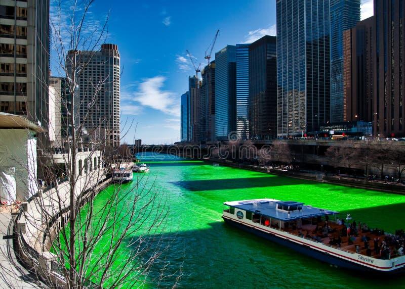 El río Chicago es verde teñido para el día del ` s de St Patrick pues las muchedumbres rodean escena foto de archivo libre de regalías