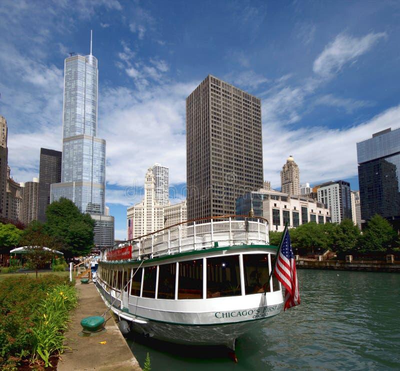 El río Chicago y Chicago céntrica imagenes de archivo
