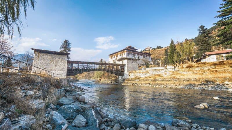 El río con el palacio tradicional de Bhután, Paro Rinpung Dzong, foto de archivo