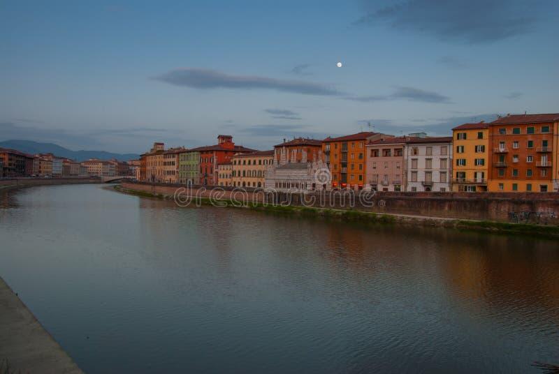 El río de Arno en la ciudad de Pisa fotografía de archivo