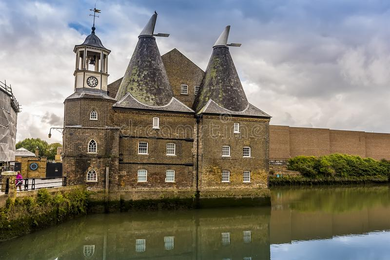 El río de Channelsea y el molino del reloj en Lee Valley, Londres fotos de archivo libres de regalías