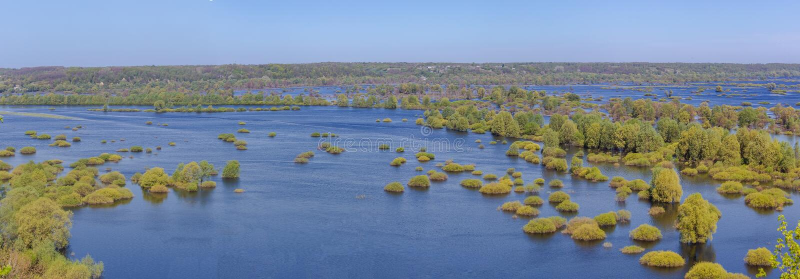 El río de Desna inundó en las cercanías de Novgorod Siversky en la parte norteña de Ucrania en la primavera 2018 foto de archivo libre de regalías