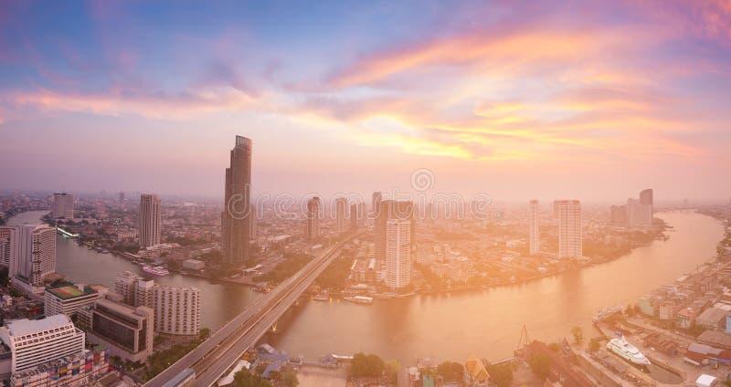 El río de la ciudad de Bangkok de la opinión aérea del panorama curvó con después de tono de la puesta del sol fotografía de archivo libre de regalías