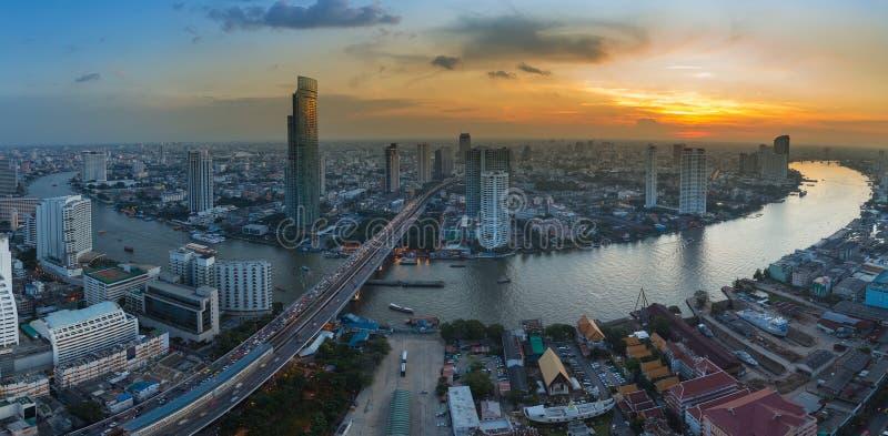 El río de la ciudad de Bangkok del panorama curvó con horizonte hermoso de la puesta del sol imagen de archivo libre de regalías