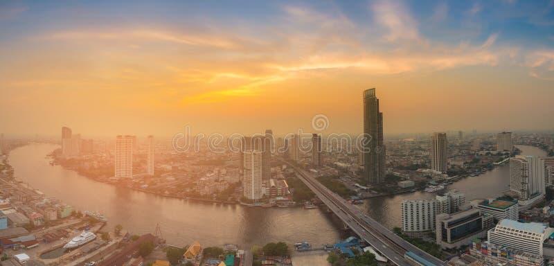 El río de la ciudad del panorama curvó con el fondo del cielo de la puesta del sol foto de archivo libre de regalías