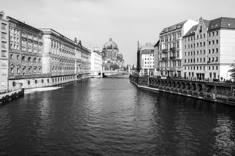 El río de la diversión y Berlin Cathedral Berliner Dom en el fondo imagen de archivo libre de regalías