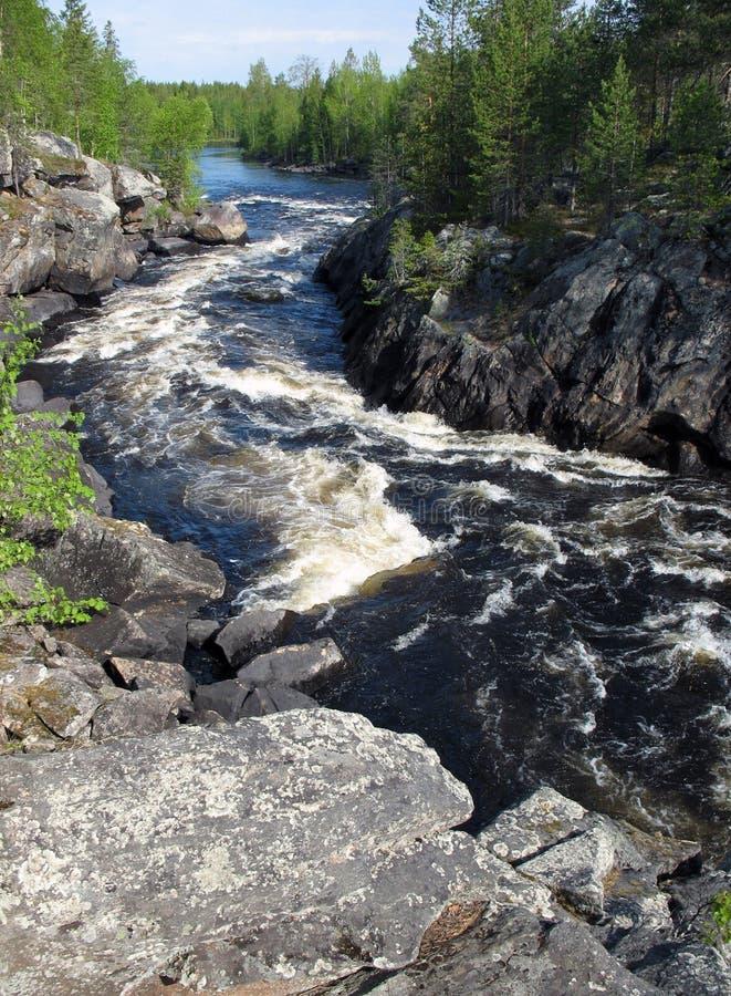 El río de la montaña en una barranca imagen de archivo