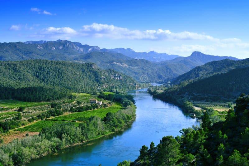 El río Ebro que pasa el trhough Miravet, España imagen de archivo