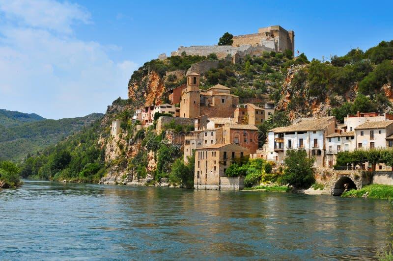 El río Ebro y la ciudad vieja de Miravet, España imagenes de archivo