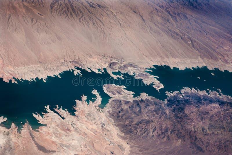 El río en la opinión aérea del desierto imagen de archivo