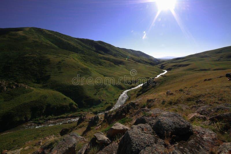 El río entre las colinas foto de archivo