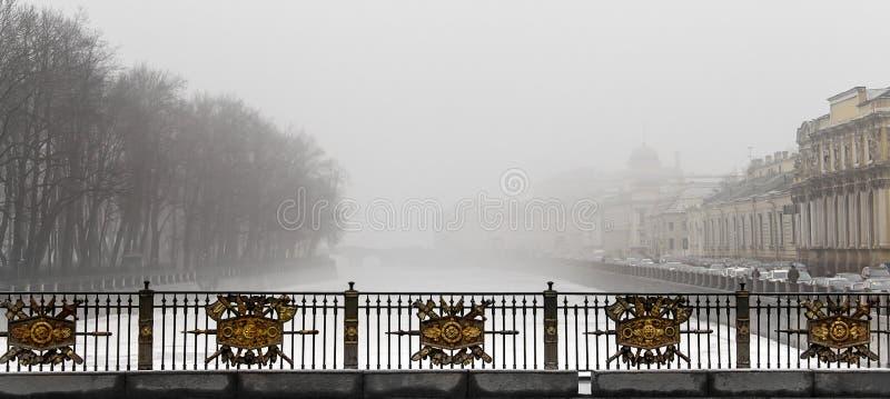 El río Fontanka por la mañana de la niebla imagenes de archivo