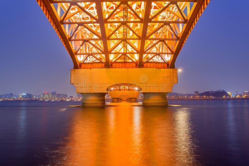 El río Han con el puente de Seongsan en night_2 foto de archivo
