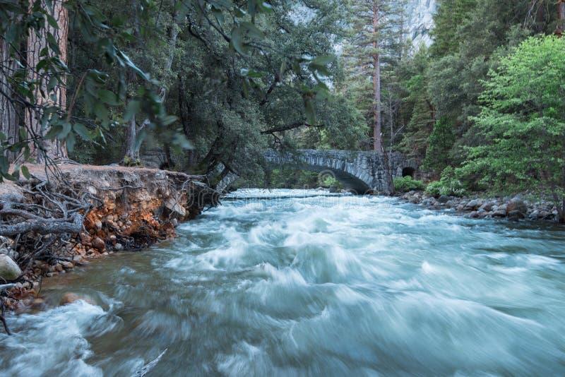 El río hinchado de Merced en la primavera, parque nacional de Yosemite foto de archivo
