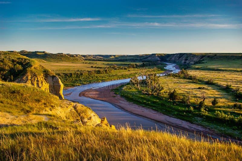 El río Little Missouri en los Badlands de Dakota del Norte fotos de archivo