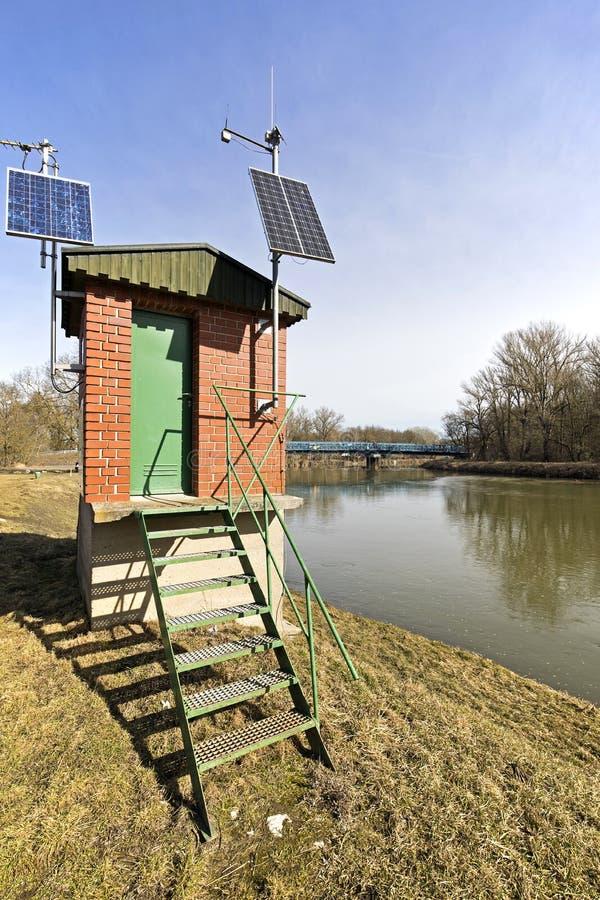 El río marzo en una Austria más baja y una pequeña estación del observador cerca del huésped a Eslovaquia fotos de archivo libres de regalías